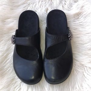 "Vionic slip on shoes size 10"""
